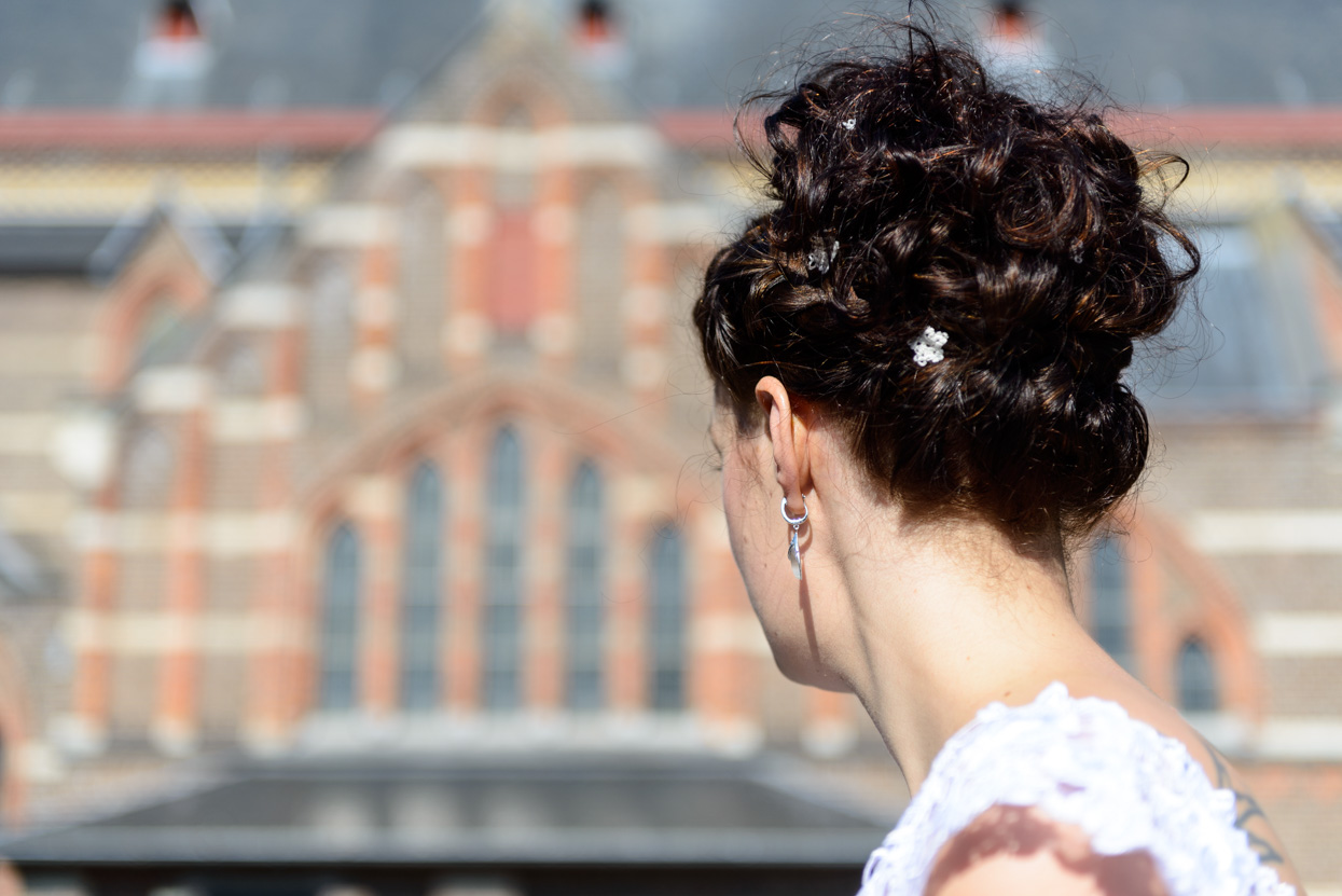 Bruid maakt zich klaar voor de bruiloft ceremonie