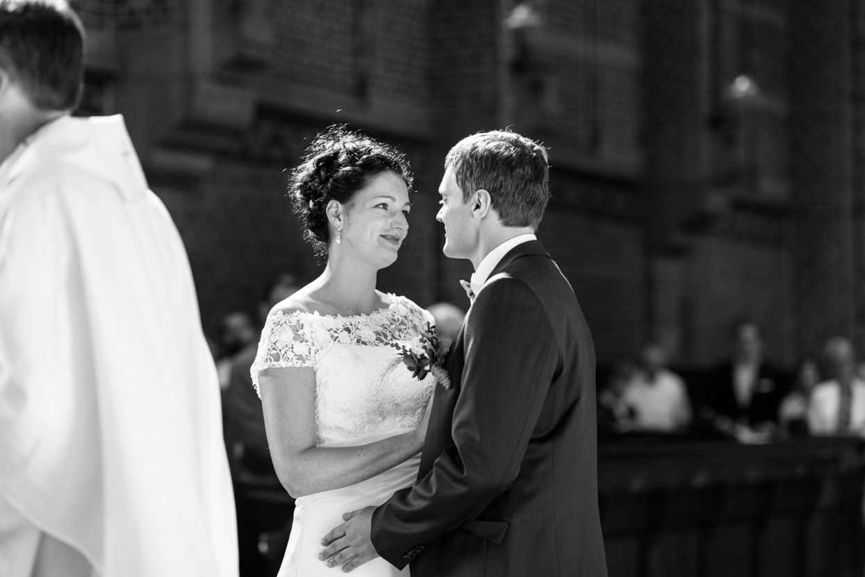 De kus bruiloft Eindhoven Achelse Kluis
