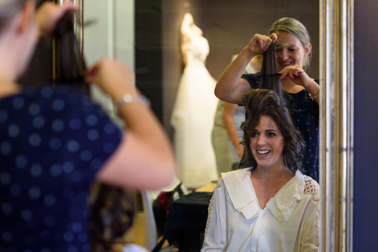 voorbereidingen van de bruid bij de kapper