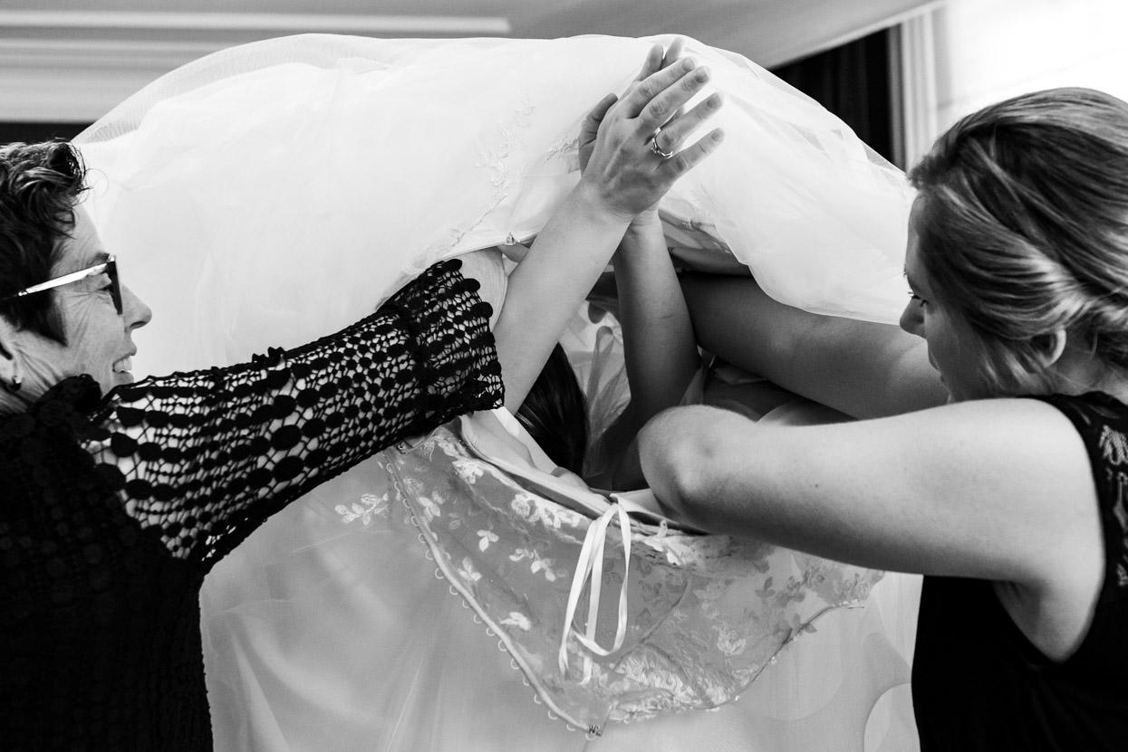 jurk aantrekken op je trouwdag