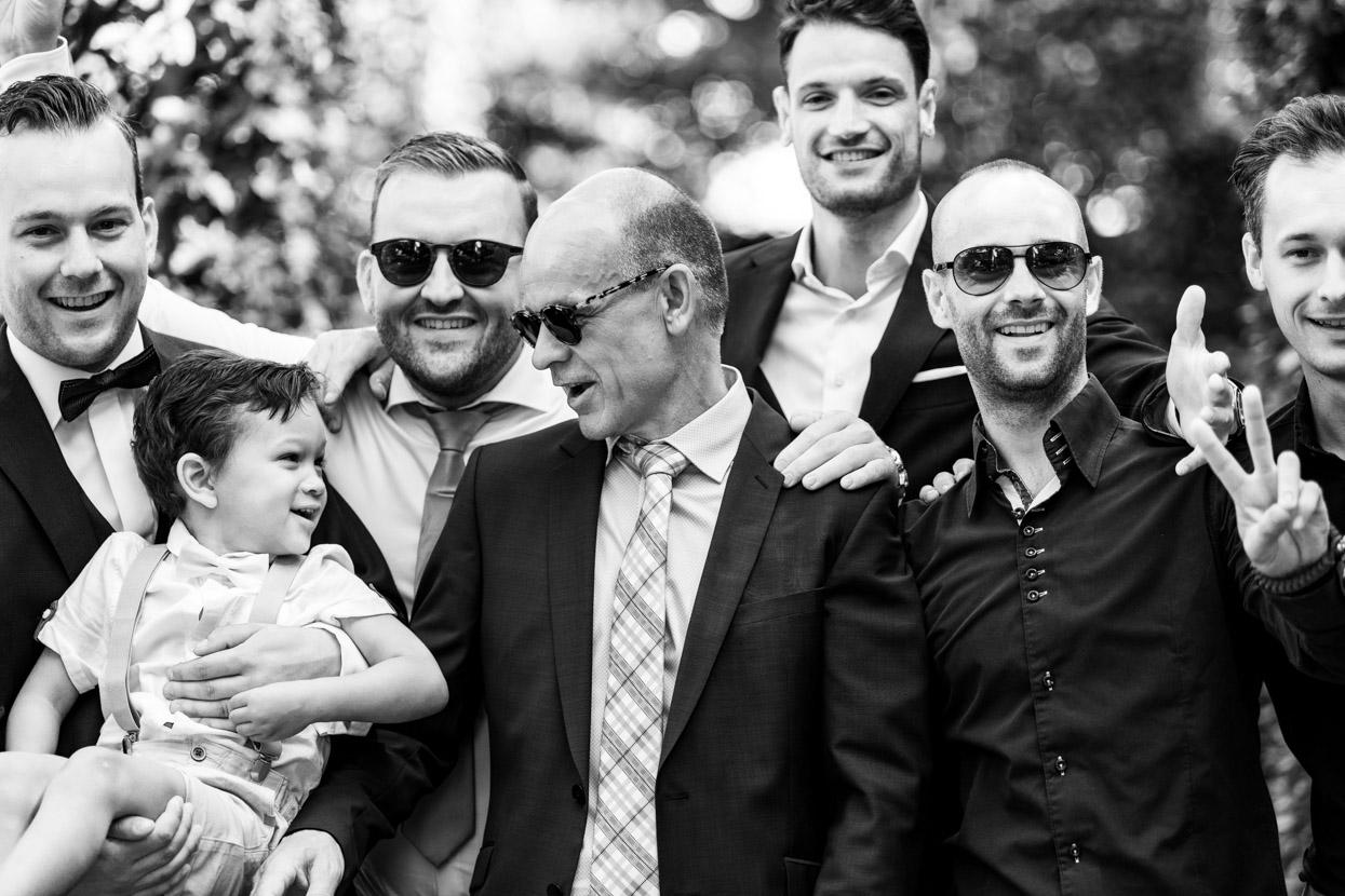 groepsfoto met vrienden van de bruidegom