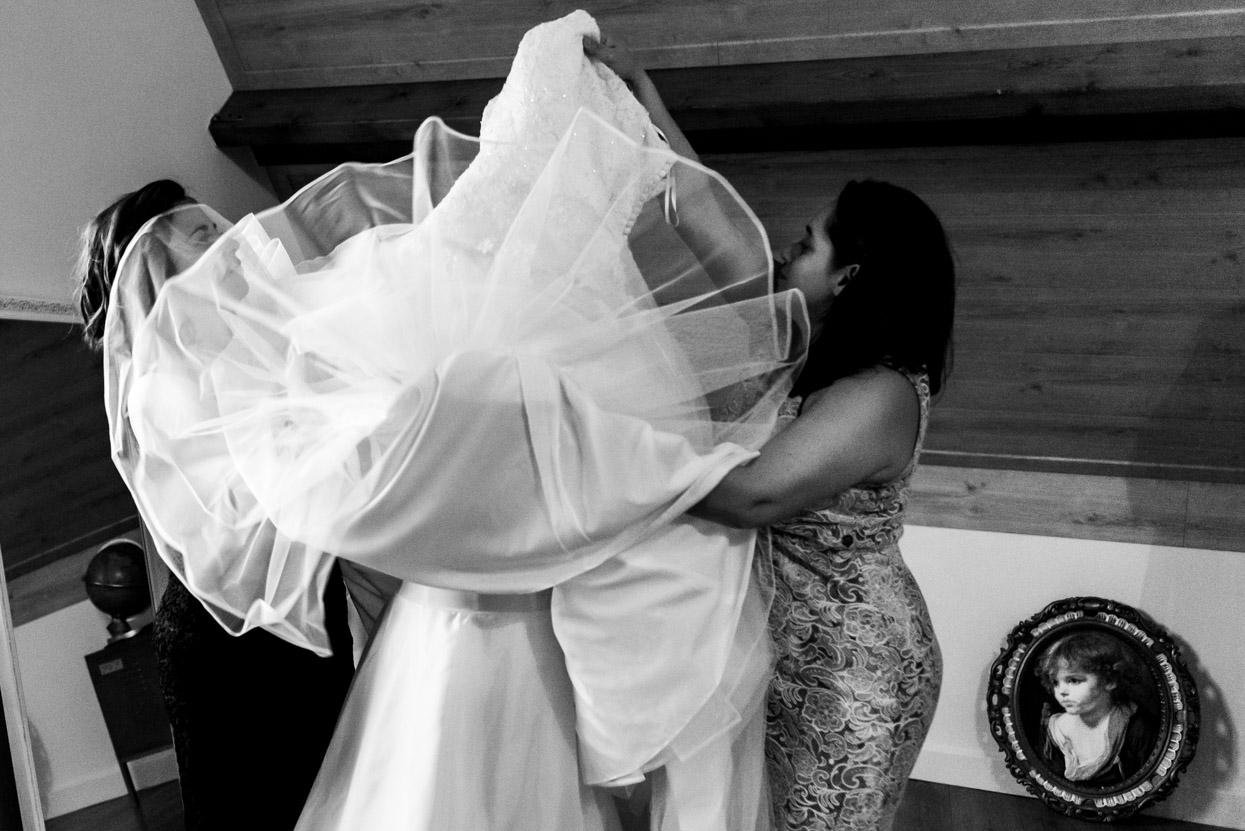 Aankleden van de bruid