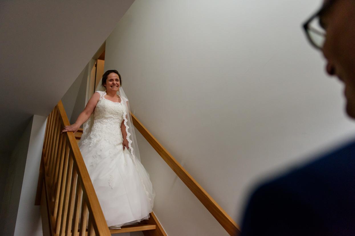 Bruid en bruidegom zien elkaar voor het eerst