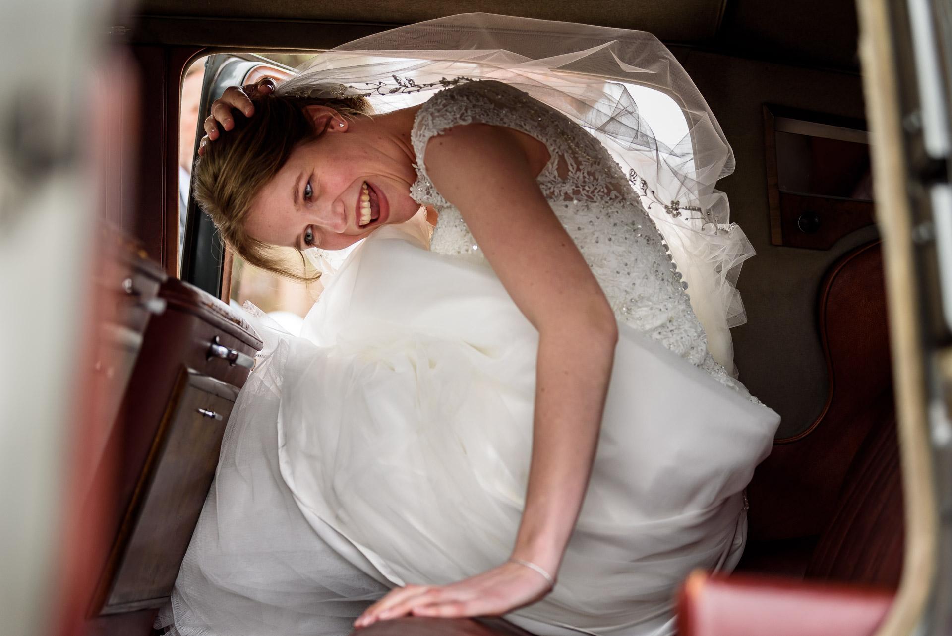 Bruidsfotografie in de auto