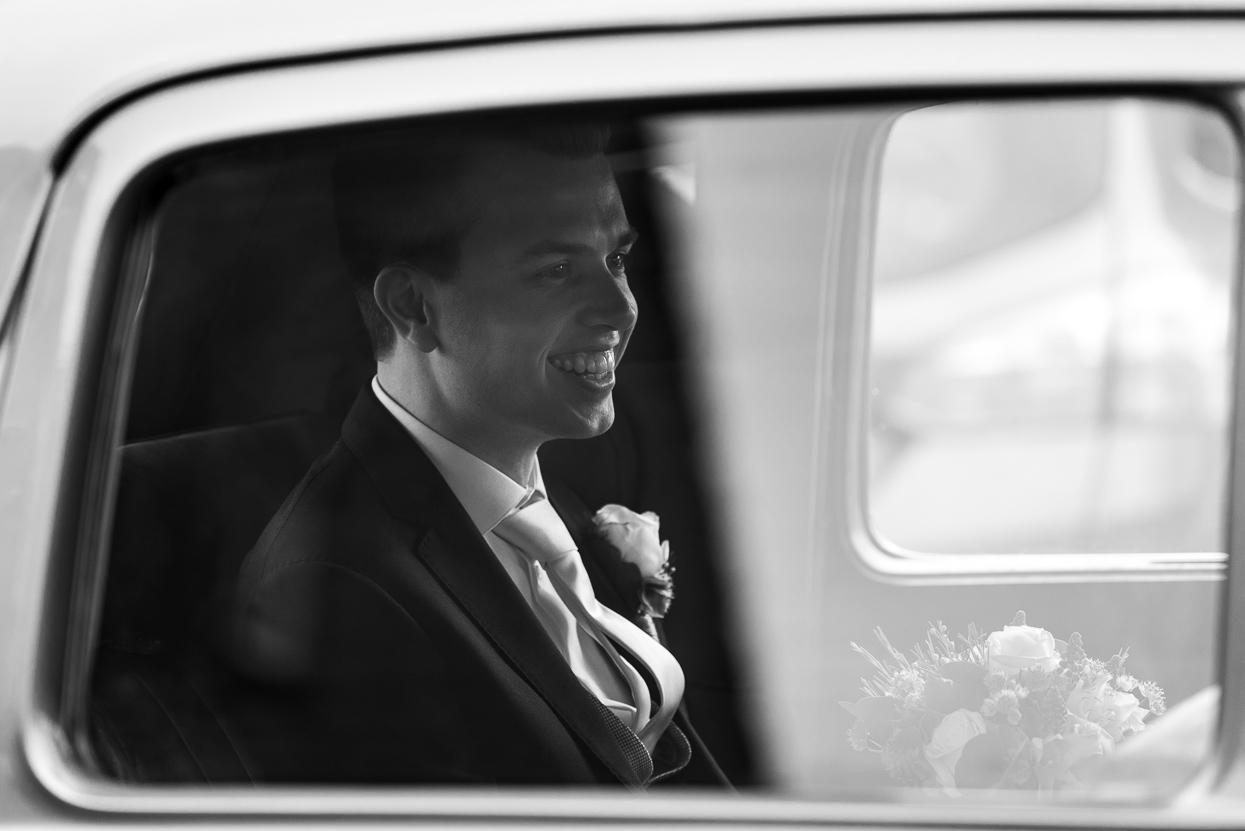 in de trouwauto op weg naar de bruid