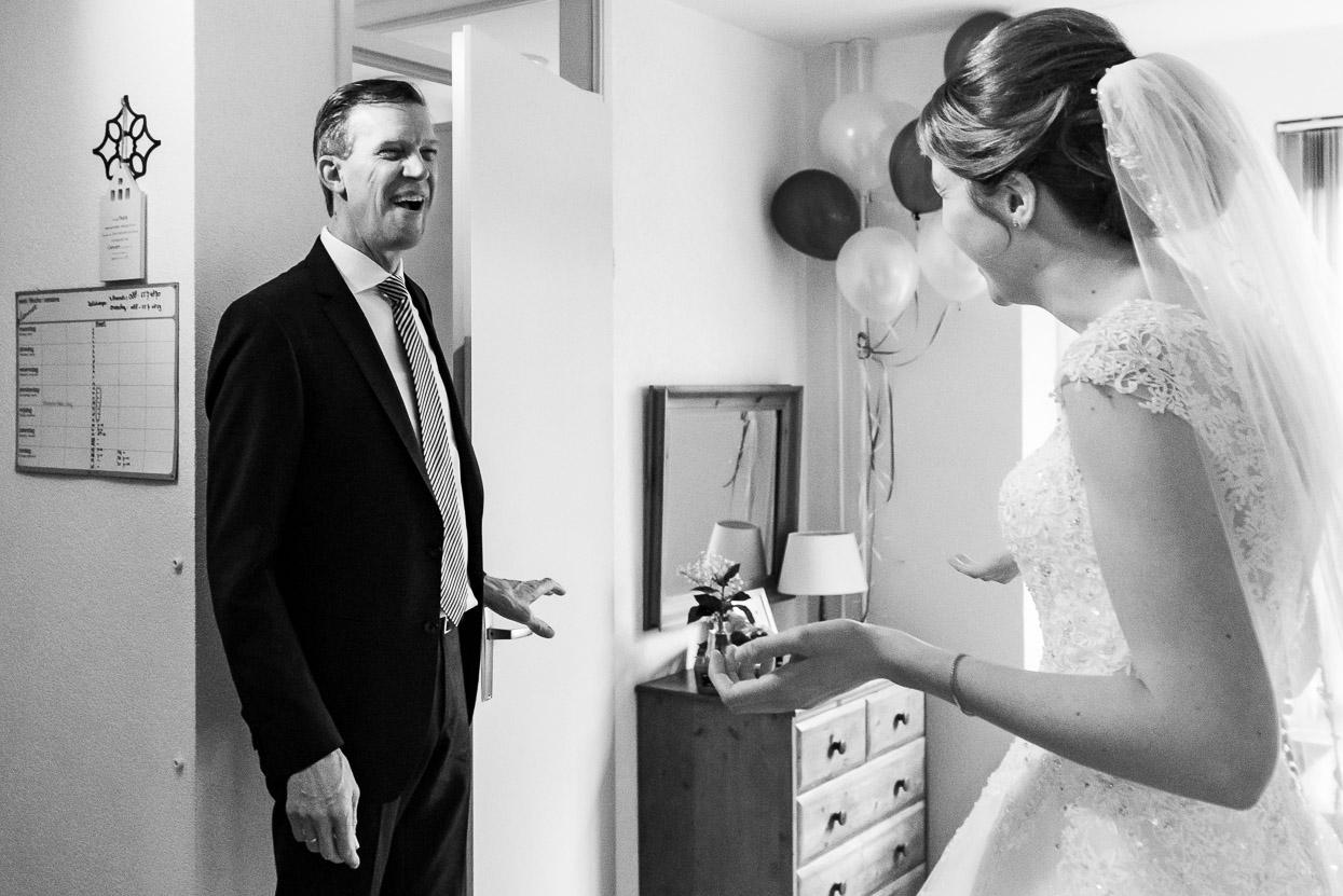 vader ziet de bruid voor het eerst