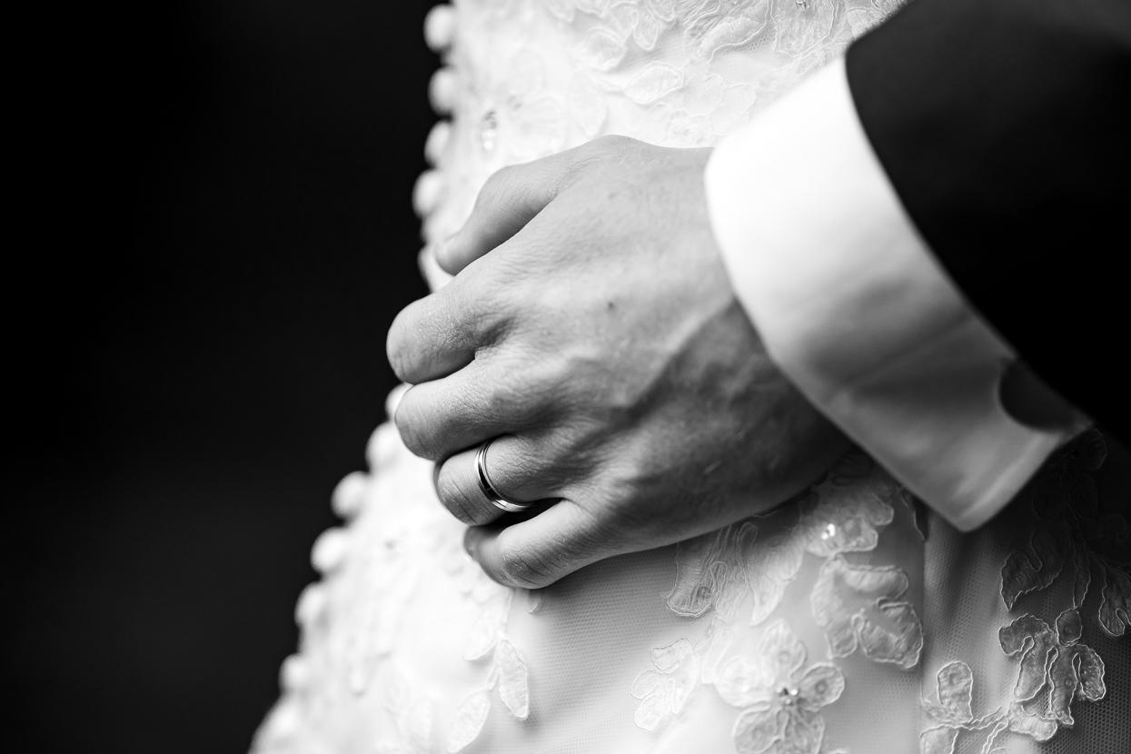 detailfoto van de hand van de bruidegom