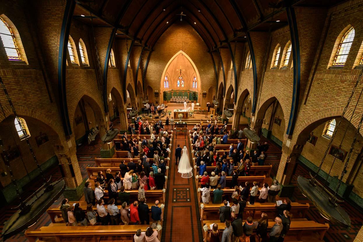 entree in de kerk van bovenaf