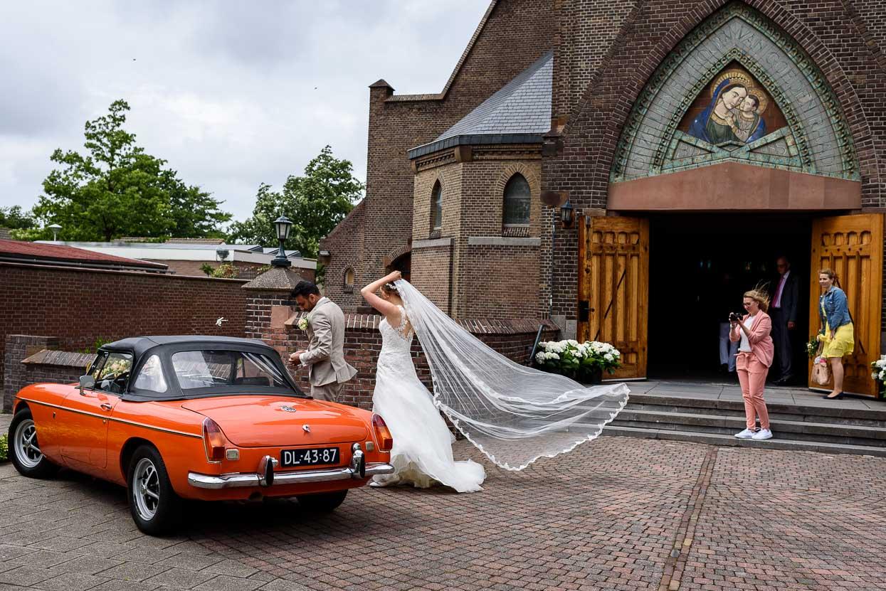aankomst van het bruidspaar bij de kerk