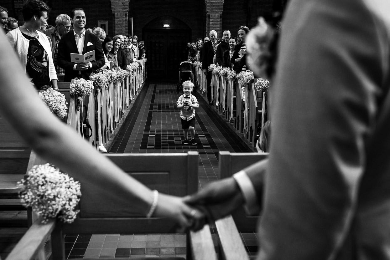kind komt de ringen brengen in de kerk