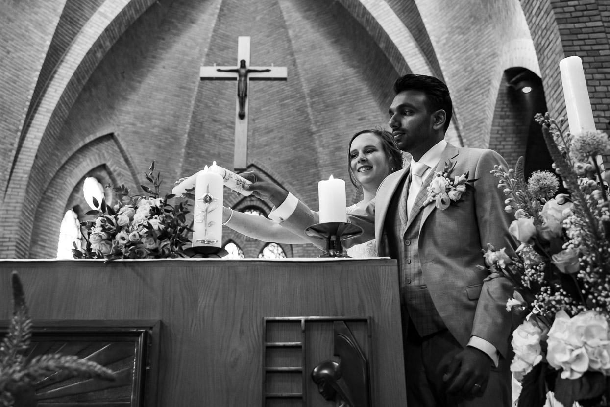 aansteken van de trouwkaars in de kerk