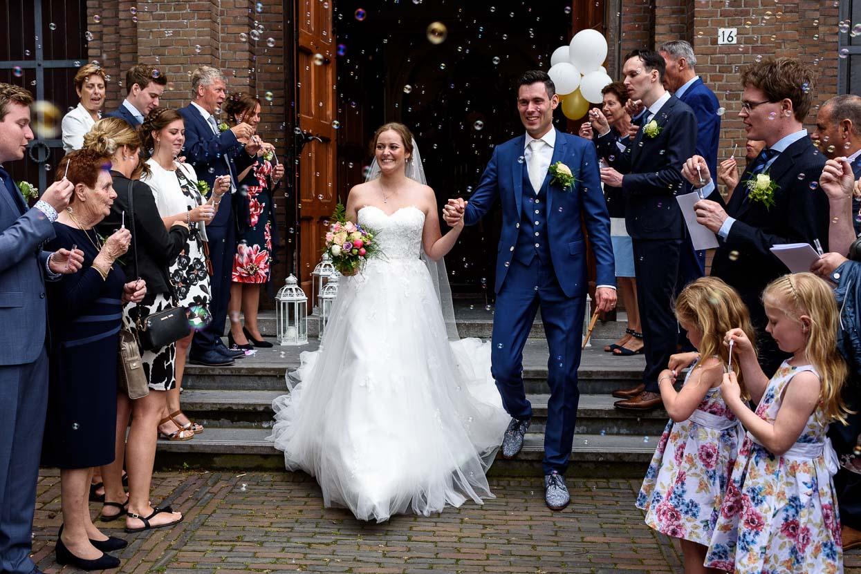 bellenblaas bij het naar buiten lopen uit de kerk op je bruiloft