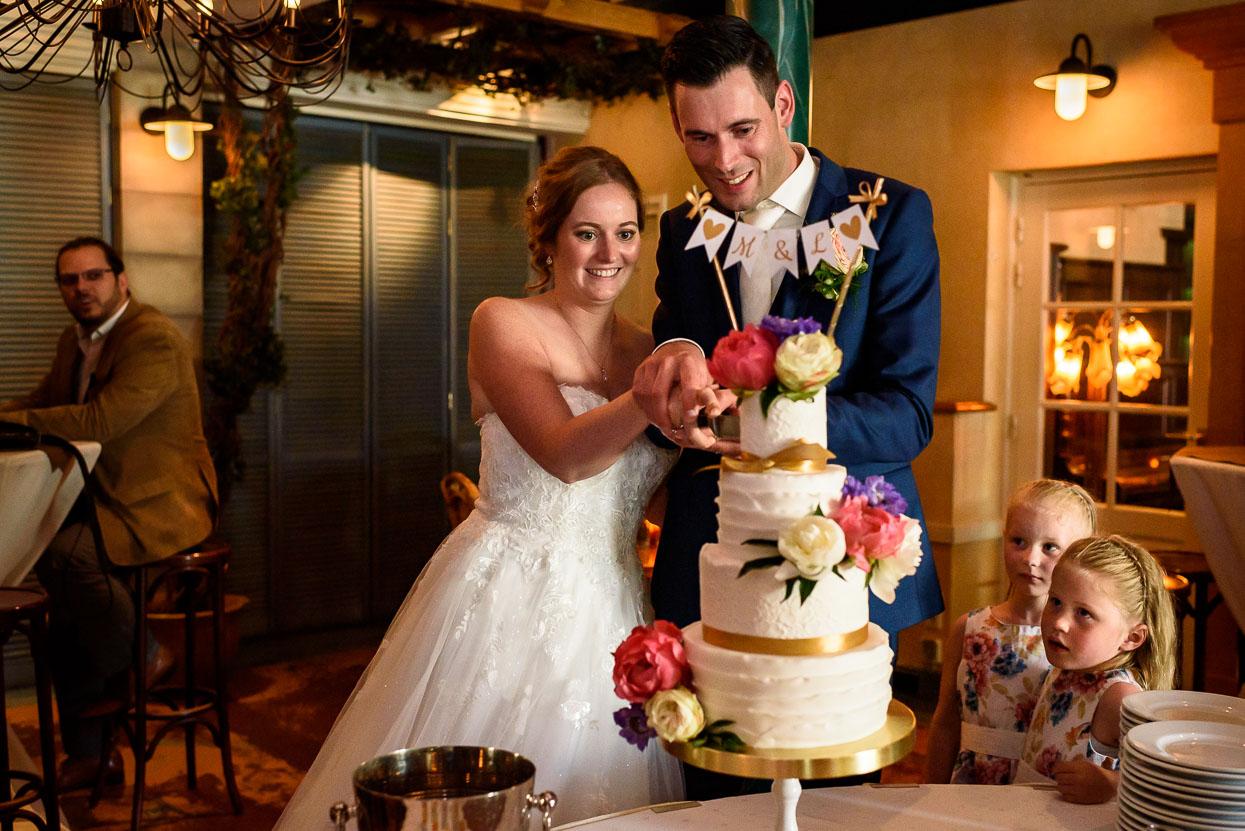 bruidstaart van taartendroom aansnijden