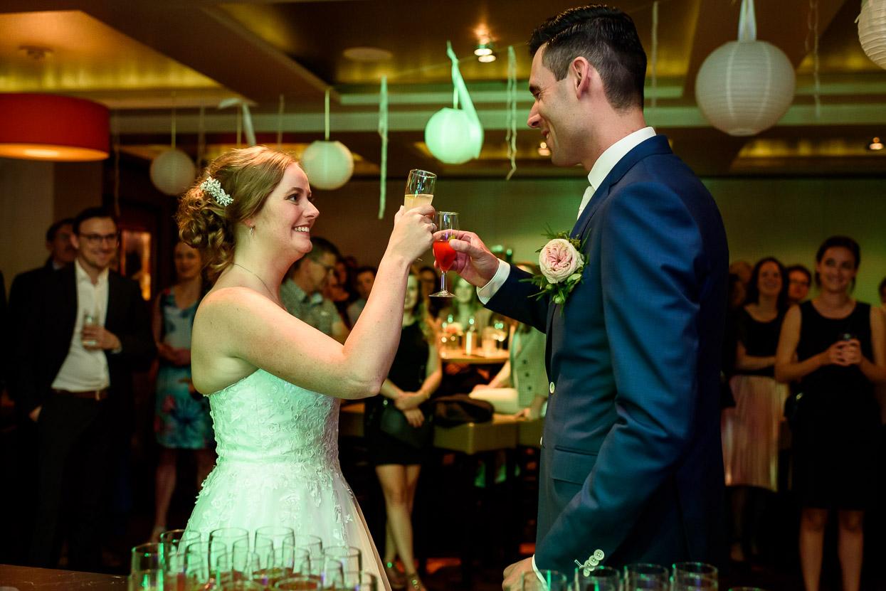 toost op het bruidspaar met cocktails