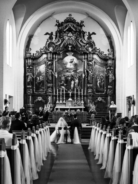 overzicht van de kerk tijdens een kerkelijk huwelijk