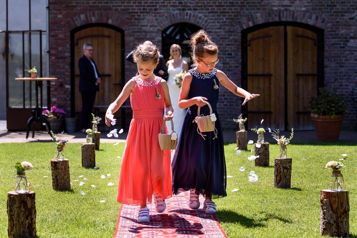 bruidsmeisjes strooien bloemblaadjes