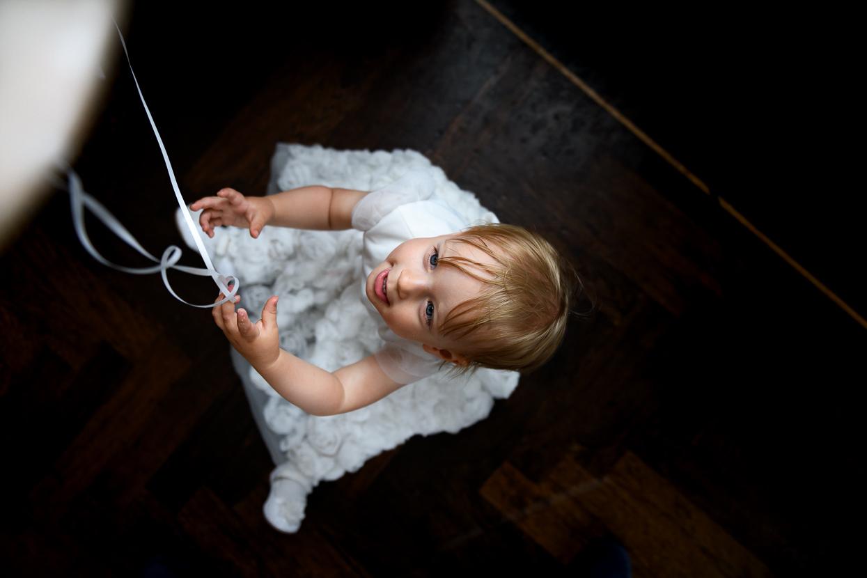 spelen met een ballon op de bruiloft
