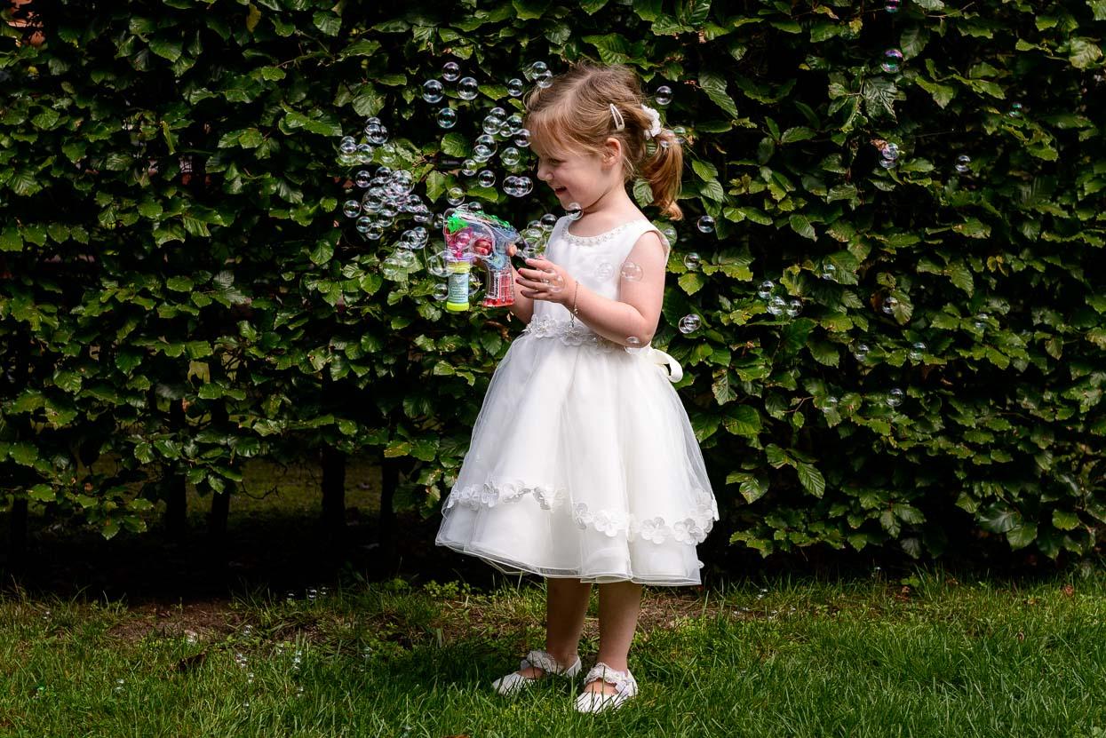 spelen met bellenblaas op de bruiloft