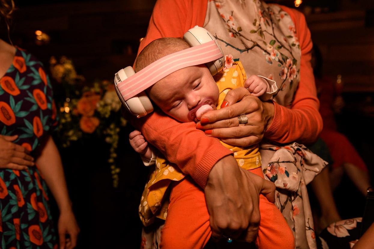 gehoorbescherming voor baby op de bruiloft