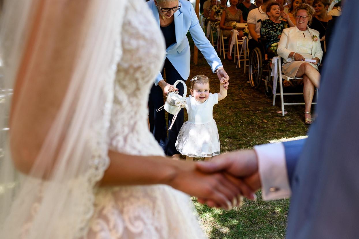 bruidsmeisje komt de ringen brengen