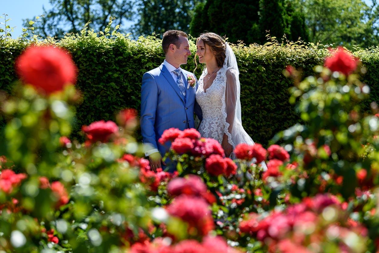 een mooie bruidsjurk en een mooi trouwpak