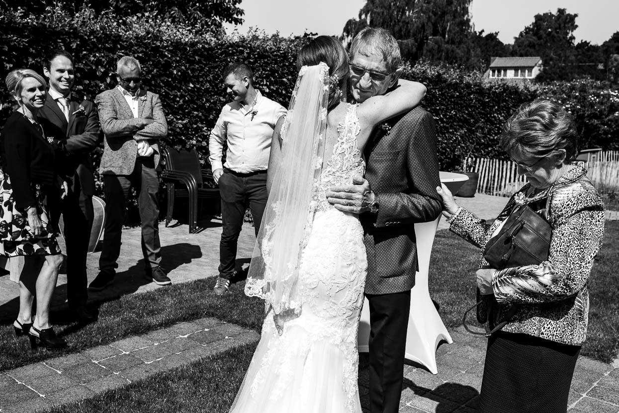 je trouwfotograaf let emotionele momenten tijdens je bruiloft vast