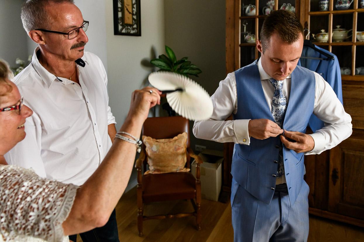 bruidegom trekt zijn pak aan