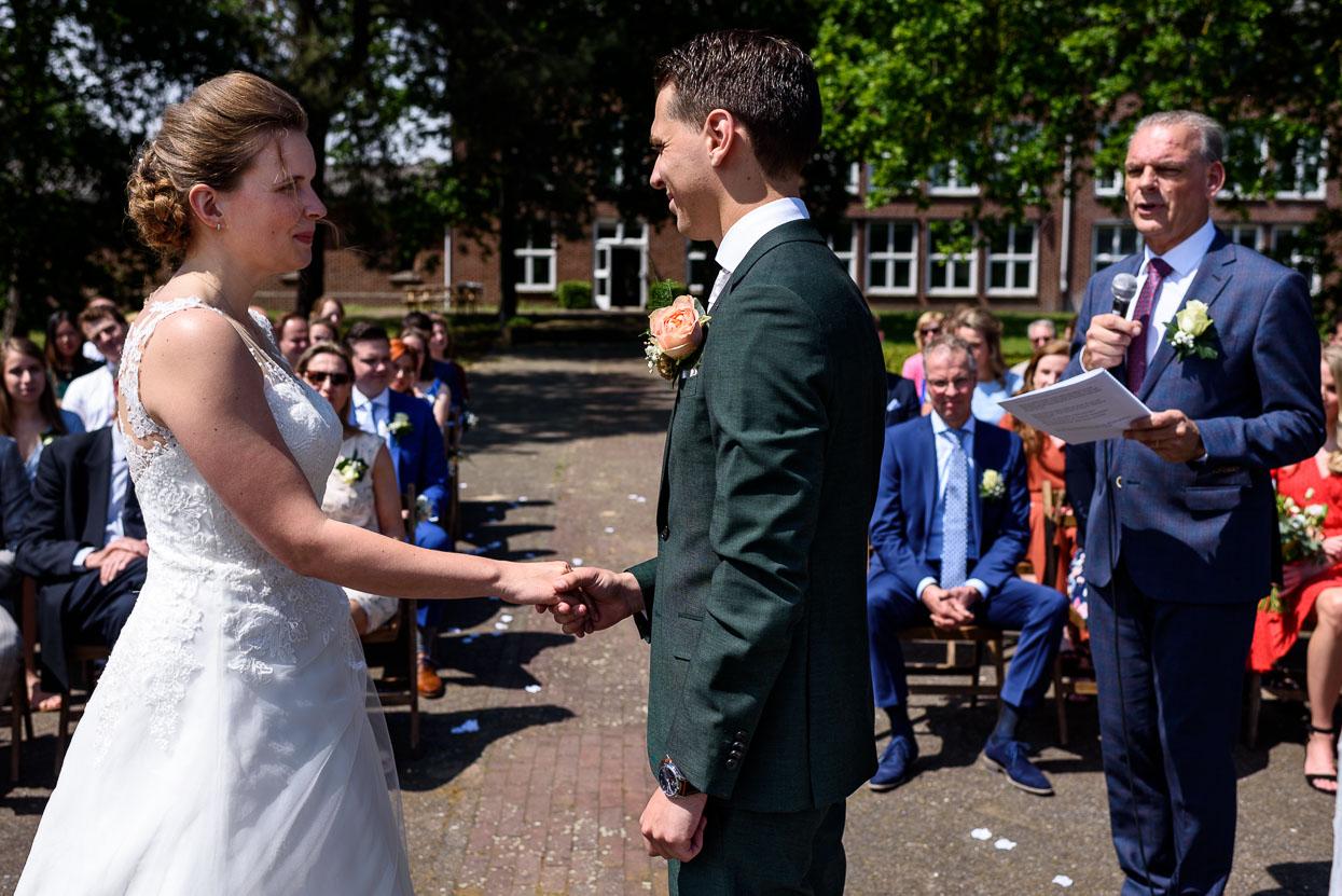 Ceremoniële bruiloft waarbij de vader van de bruidegom de ceremonie leidde