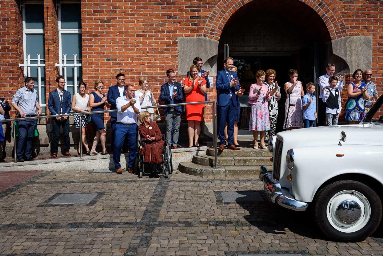 aankomst van het bruidspaar bij het van abbemuseum in eindhoven
