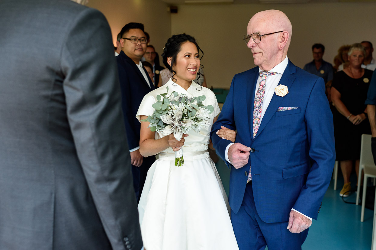 de vader geeft de bruid weg