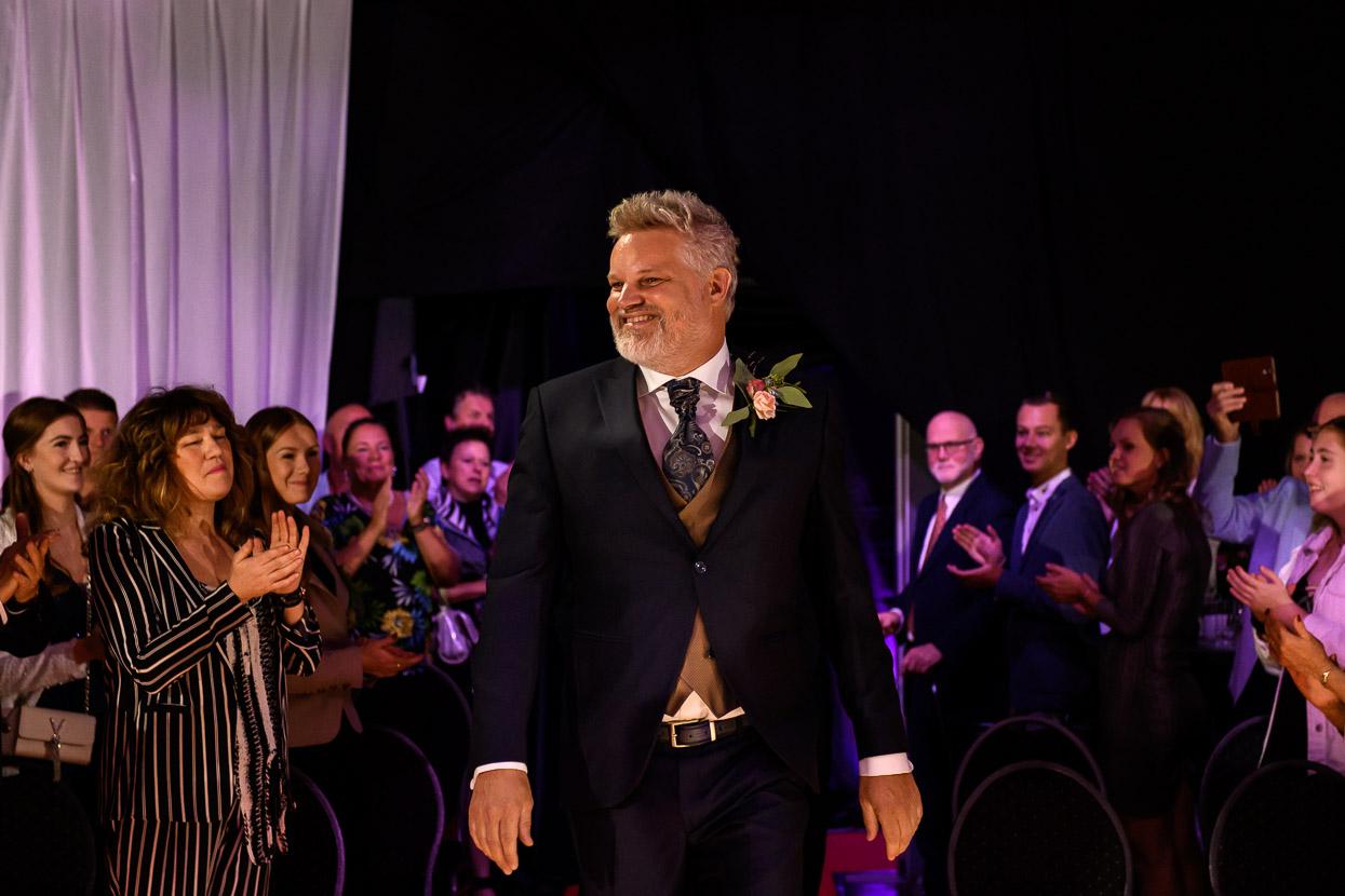 de bruidegom komt de ceremoniezaal binnen
