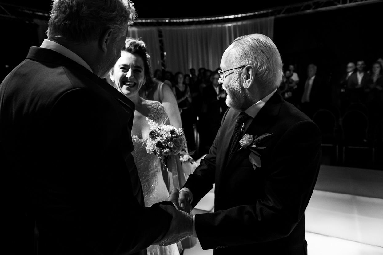 de vader van de bruid geeft haar weg