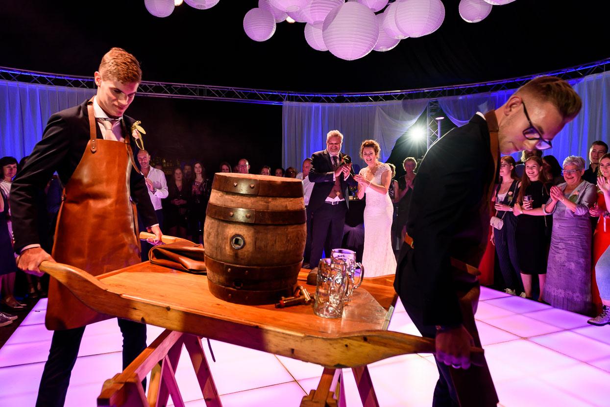 aanslaan van een biervat openen dansvloer bruidsfeest
