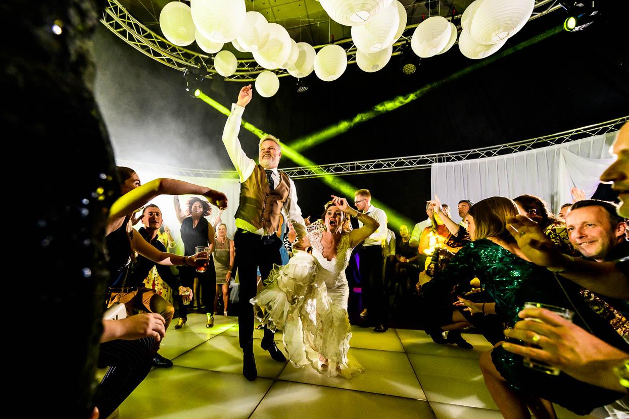 bruidspaar op de dansvloer tijdens het trouwfeest