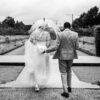 Buiten foto's maken met een paraplu als het regent op je bruiloft