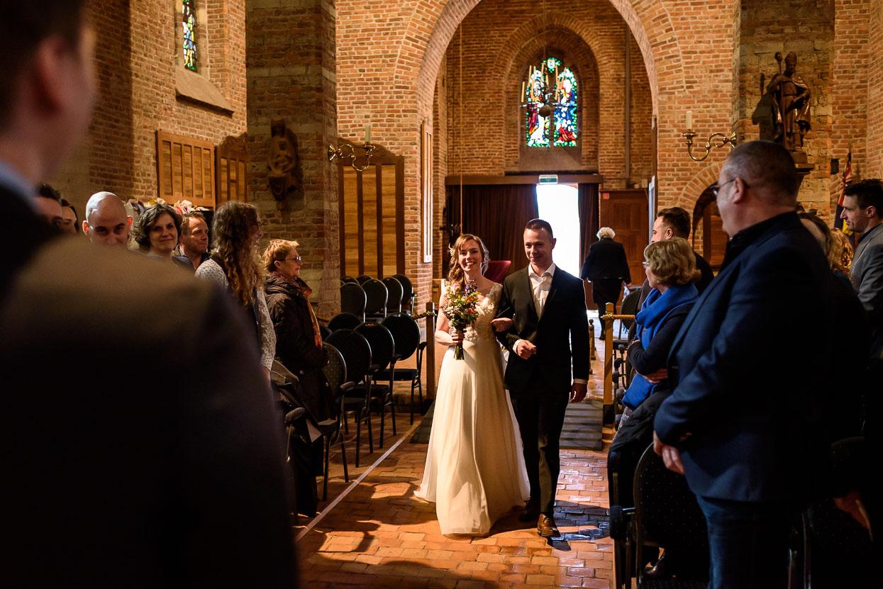 bruid komt de kerk binnenlopen