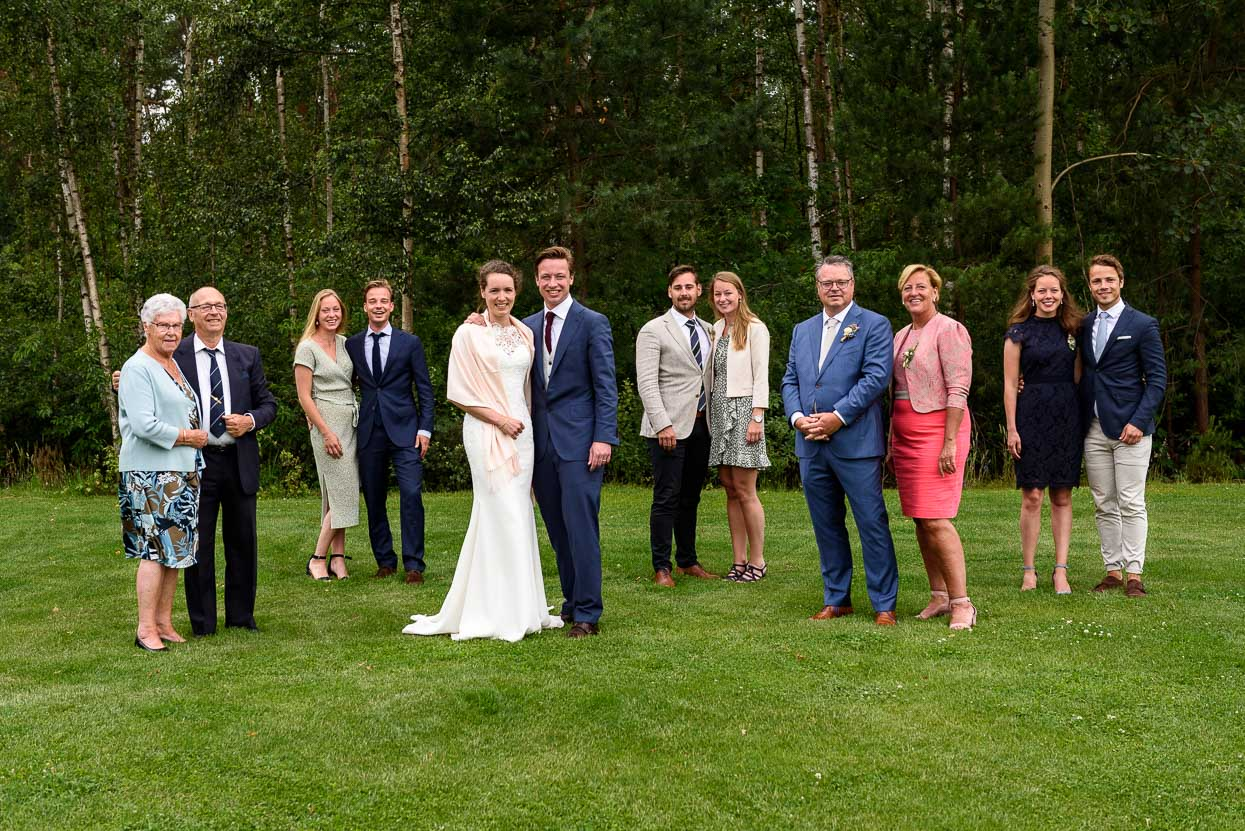 trouwen tijdens corona groepsfoto
