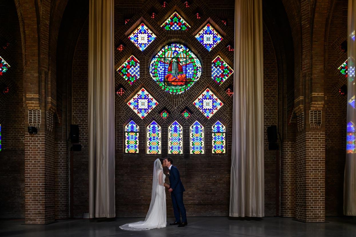 glas-in-loodraam kapel domusdela bruidspaar