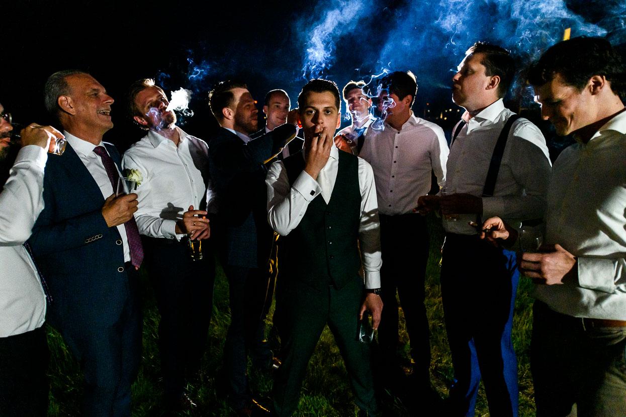 bruidegom met zijn vrienden