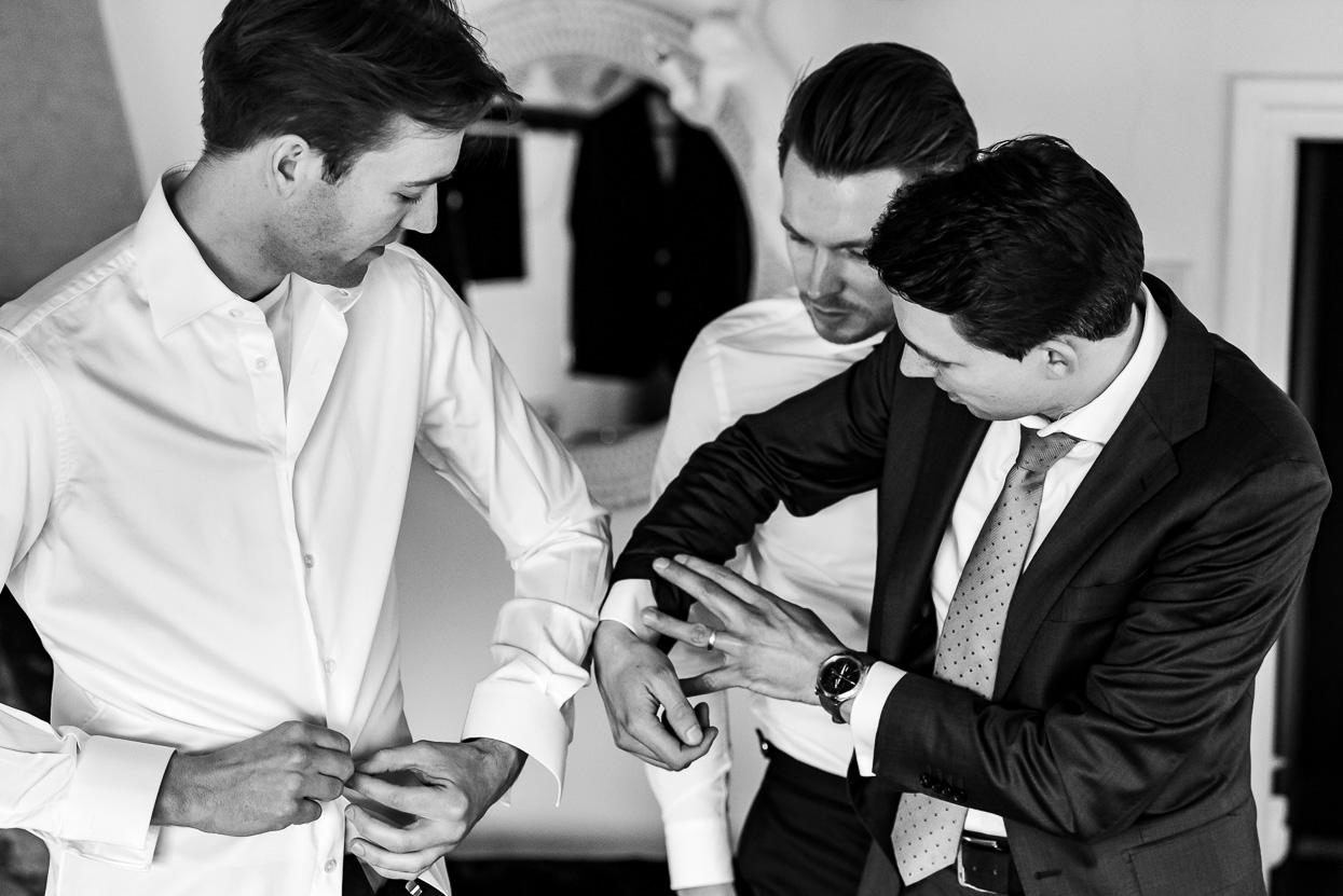 voorbereidingen van de bruidegom fotografie