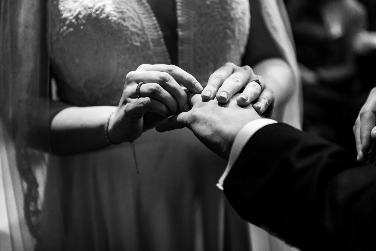 omdoen van de ringen bruidsfotografie