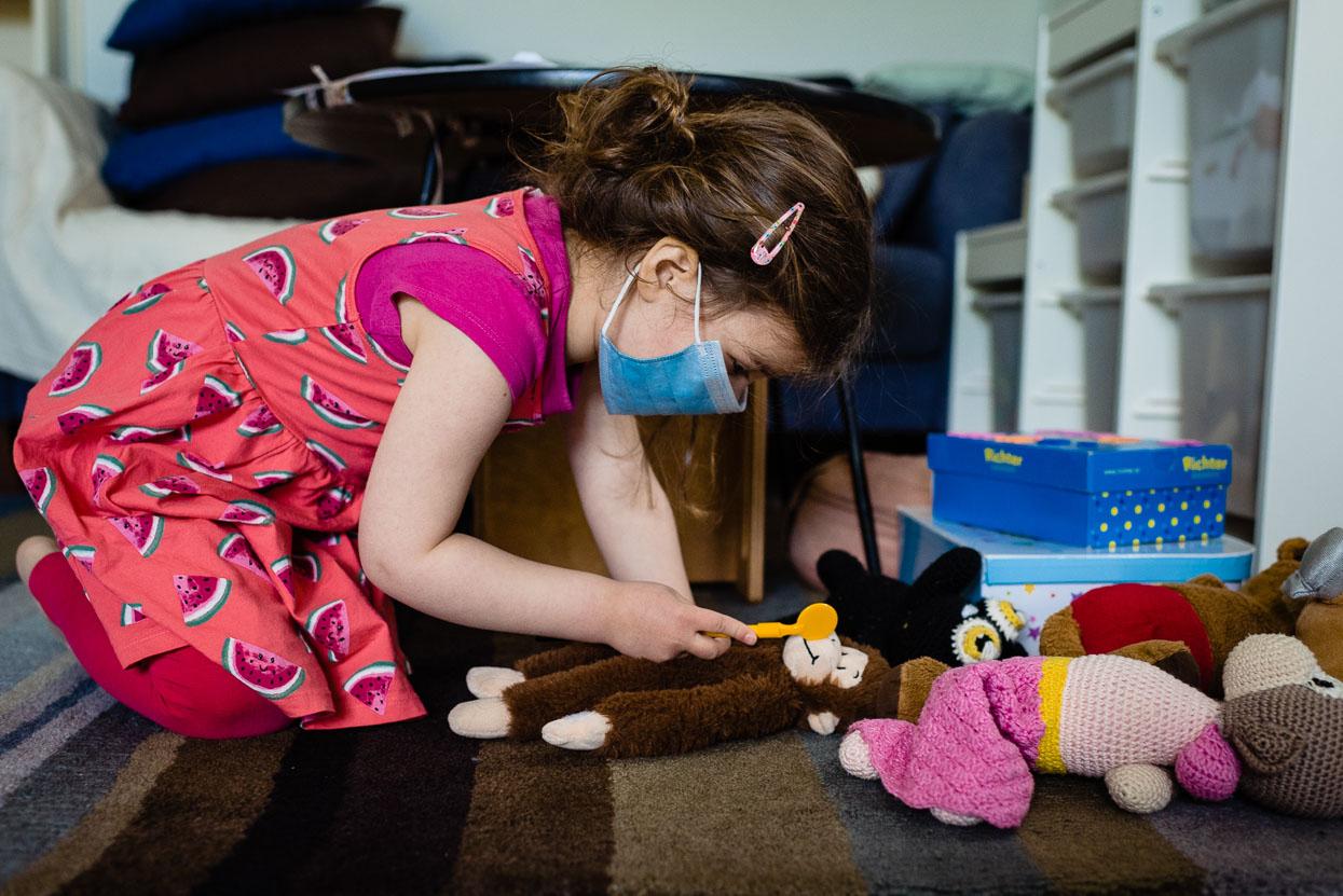 Noanne onderzoekt aap