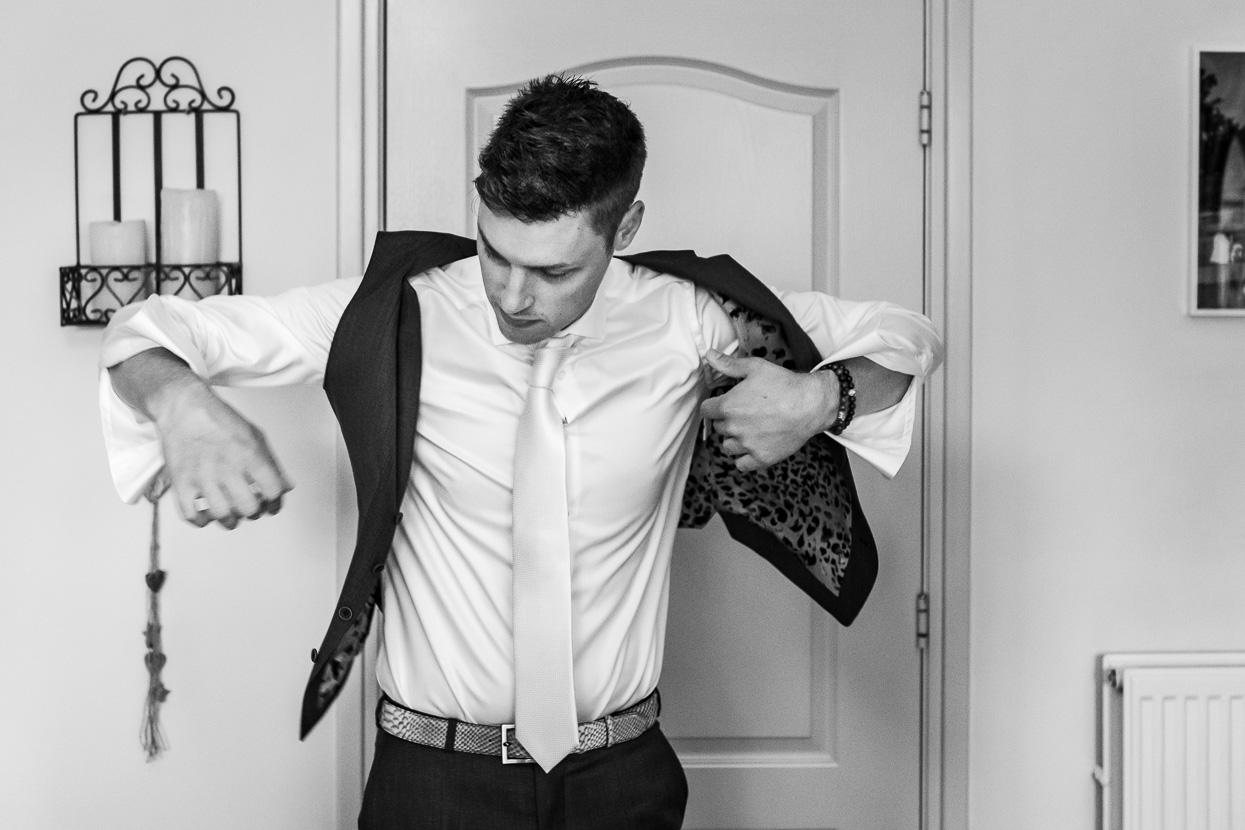 aankleden bruidegom thuis